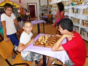 """,,Şahul întreţine gândirea sănătoasă"""" – ianuarie - iunie 2017 Biblioteca publică din comuna Bărbăteşti, judeţul Gorj, bibliotecar Ioana Roşu Biblioteca organizează lunar concursuri de şah pentru a forma gândirea copiilor, a-i obişnui cu concursurile şi a-i antrena pentru viitoarele competiţii sportive organizate pe plan local, zonal, în judeţ şi pe plan national. La aceste concursuri participă şi adulţii deoarece clubul pensionarilor şi-a mărit numărul membrilor săi prin organizarea concursurilor de şah, rummy şi table, drept urmare la acest club au aderat şi pensionarii din comunele limitrofe."""